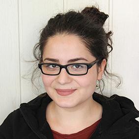 Porträtfoto von Derya Tur