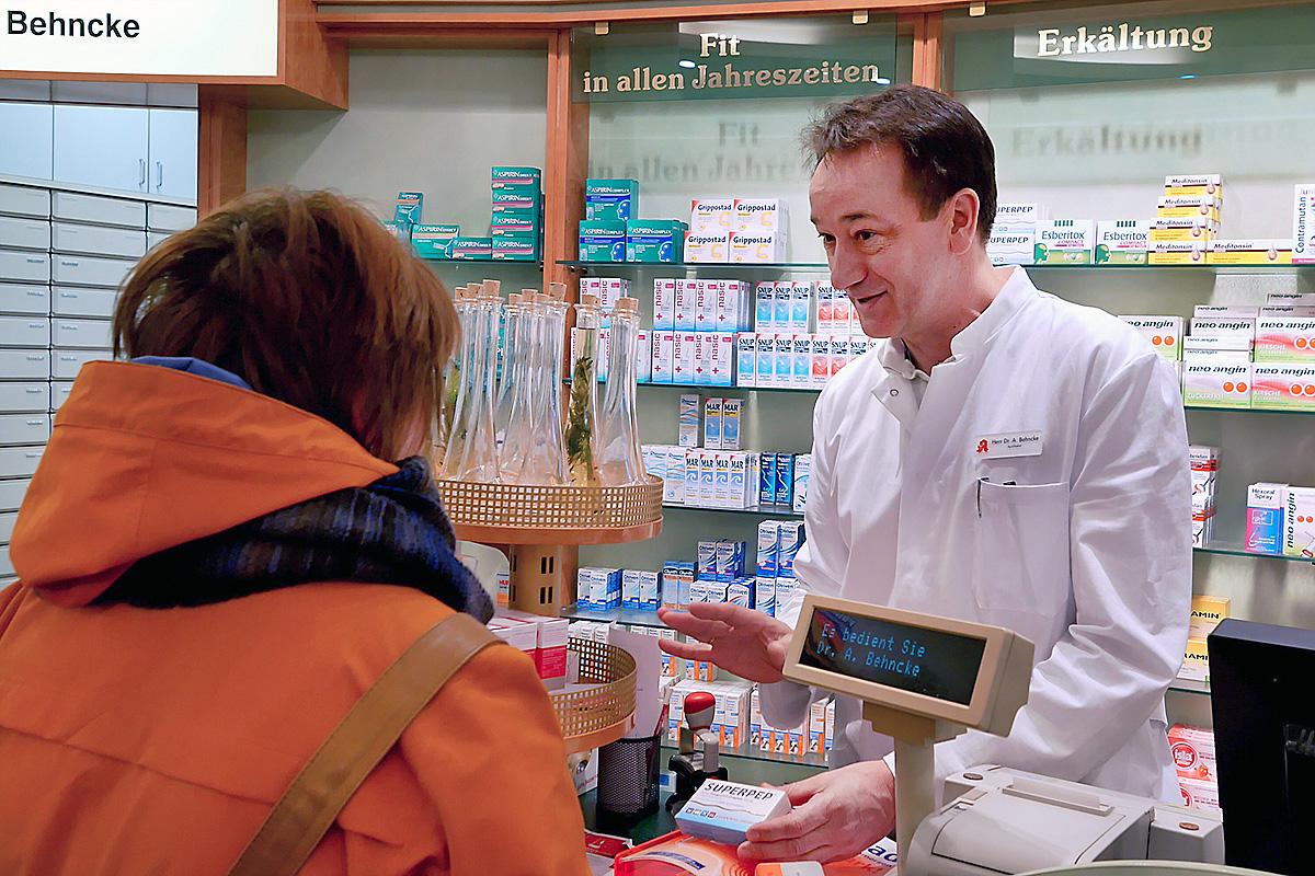 In der Center-Apotheke bedient Dr. Behncke eine Kundin