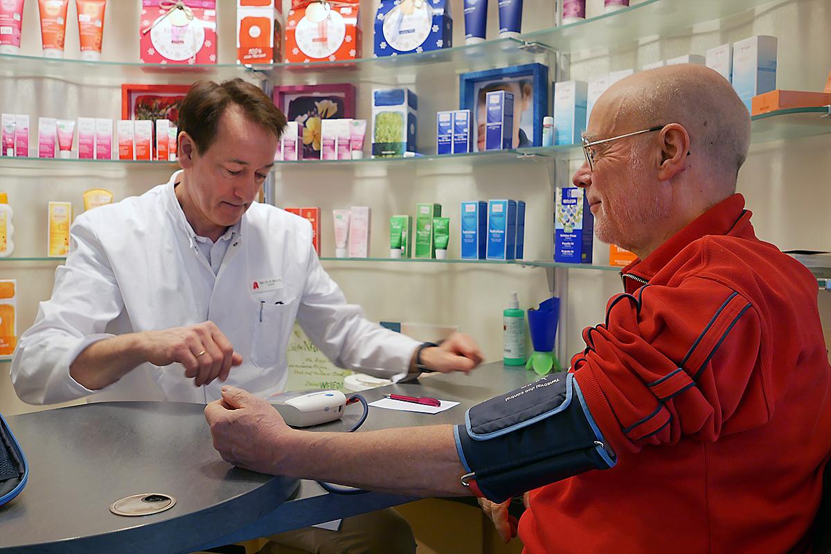 Blutdruck-Messung bei einem Kunden der Center-Apotheke