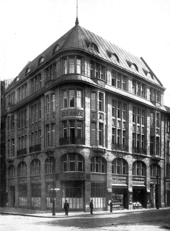 """Das Ärztehaus war im Jahre 1912 Sitz der Versicherung """"Der Anker"""", im Erdgeschoss waren kleine Einzehandelsgeschäfte untergebracht"""