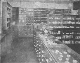 Verkaufsraum der Apotheke um 1951