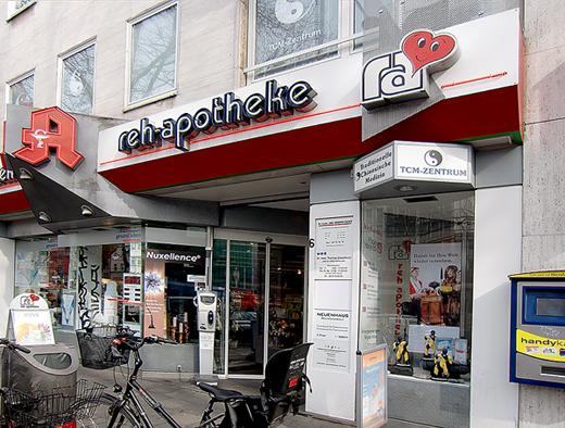 Außenansicht der Reh-Apotheke am Barbarossaplatz